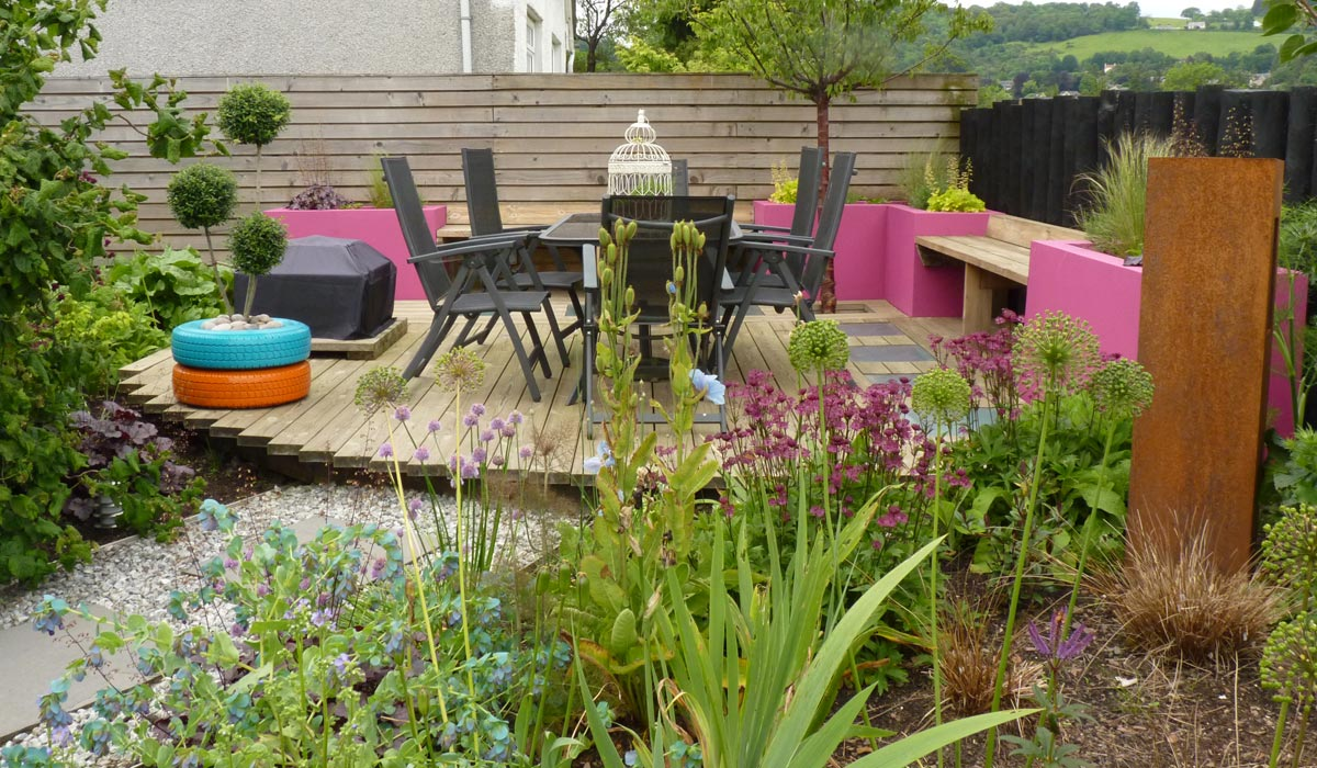 A contemporary wildlife garden