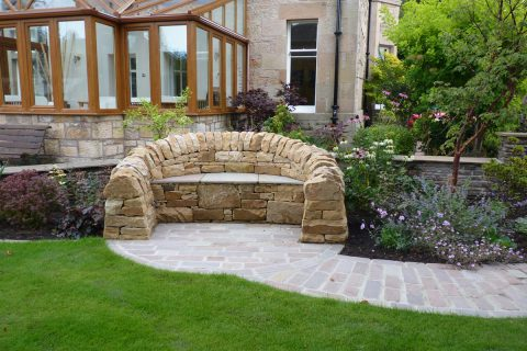 The dry stone seat designed & built by Vialii