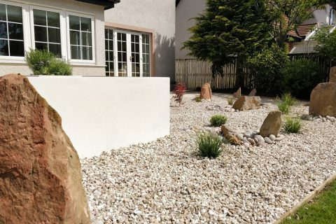 Large builders, cobbles and gravel make the area low maintenance