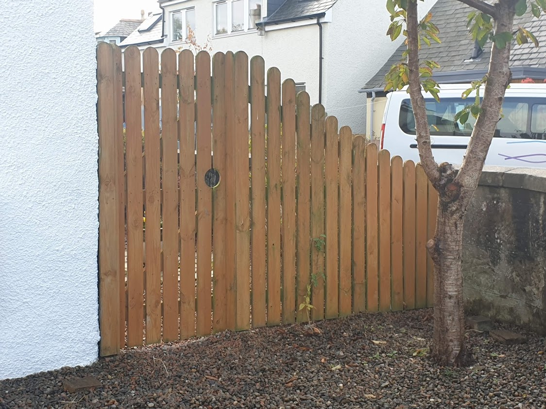 We like the detailing on this gate and how the fence increases in height to meet it
