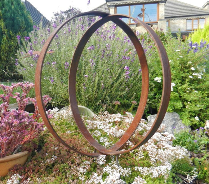 Beautiful intertwining metal rings